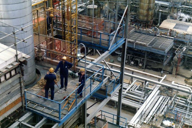 Inside_Fawley_oil_refinery_-_geograph.org.uk_-_747756